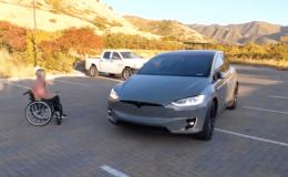 Tesla'nın akıllı çağırma özelliği tekerlekli sandalye kullanan sürücülere kolaylık sağlıyor